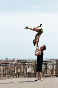 Les circassiens Ionas font du porté acrobatique. Iona et Jonas réalisent un sept ou seven en anglais, à la Croix-Rousse, célèbre quartier de Lyon.